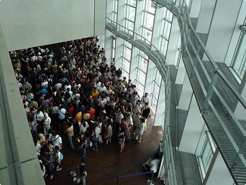 オルセー美術館展に並ぶ人々