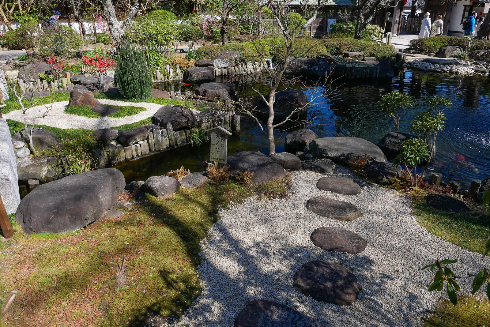 見事な石の配された枯山水庭園で